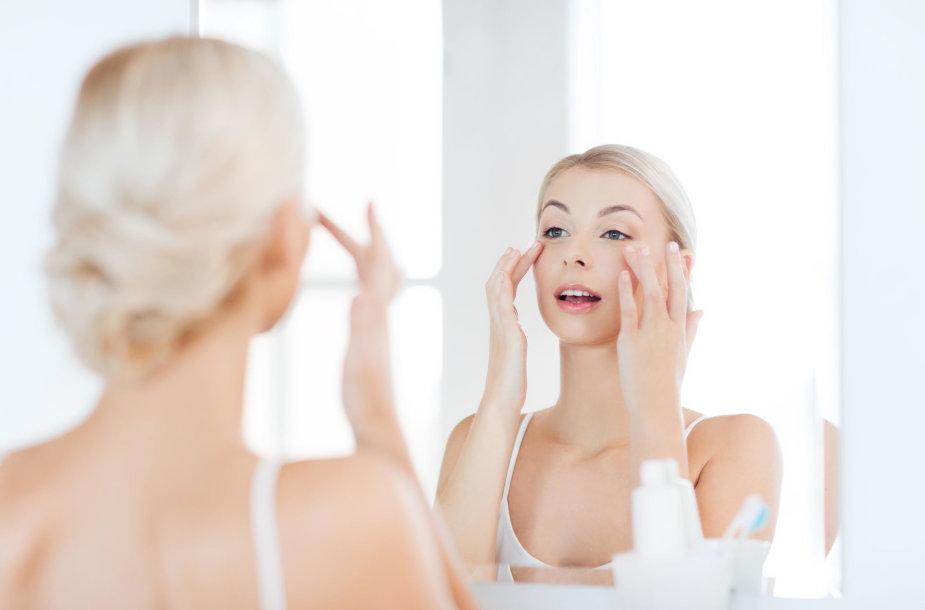 Moteris prie veidrodžio