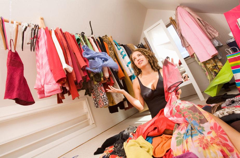 Moteris drabužinėje