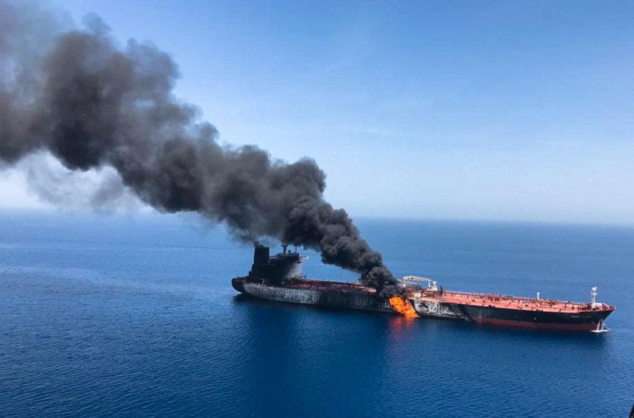Omano įlankoje užpultas tanklaivis