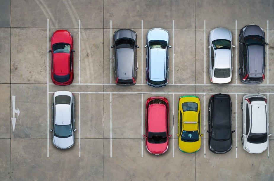 Skirtingų spalvų automobiliai