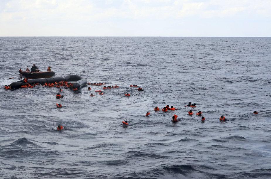 Netoli Libijos krantų gelbėjami migrantai