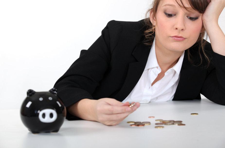 Moteris skaičiuoja centus