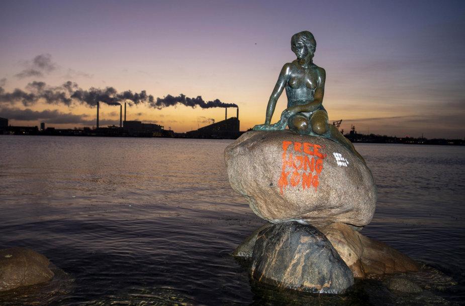 """Kopenhagos """"Undinėlė"""" buvo išpaišyta protestuotojų užrašais"""