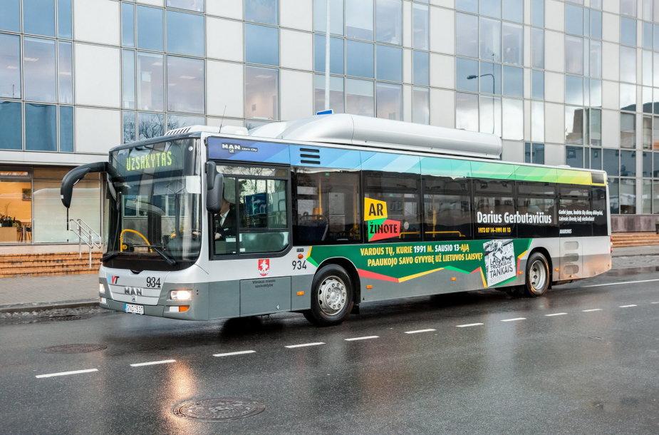 Autobusas sostinėje, ant kurio įamžintas Laisvės gynėjų vardas
