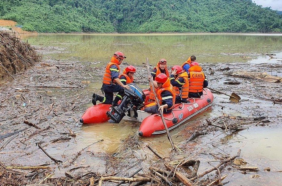 Gelbėtojai dirba nelaimės vietoje.