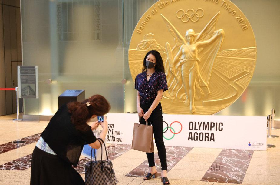 Olimpinio aukso medalio didesnis modelis demonstruojamas Tokijuje.