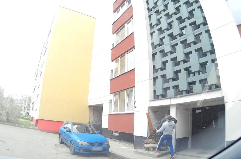 Vilniaus Karoliniškių A.J.Povilaičio g. 3 namo gyventojas užfiksavo šiukšlintoją.