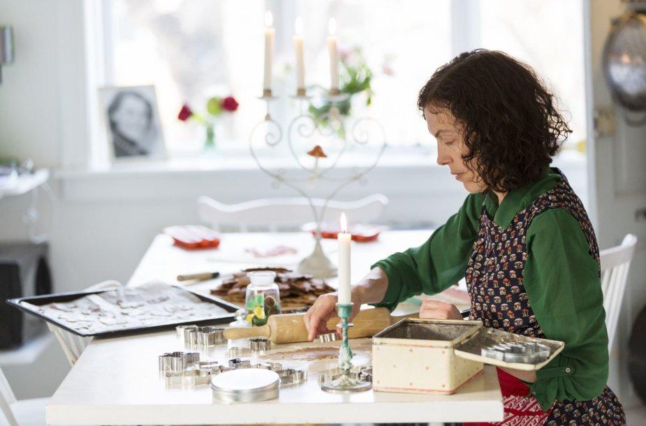 Moteris užsiima rankdarbiais