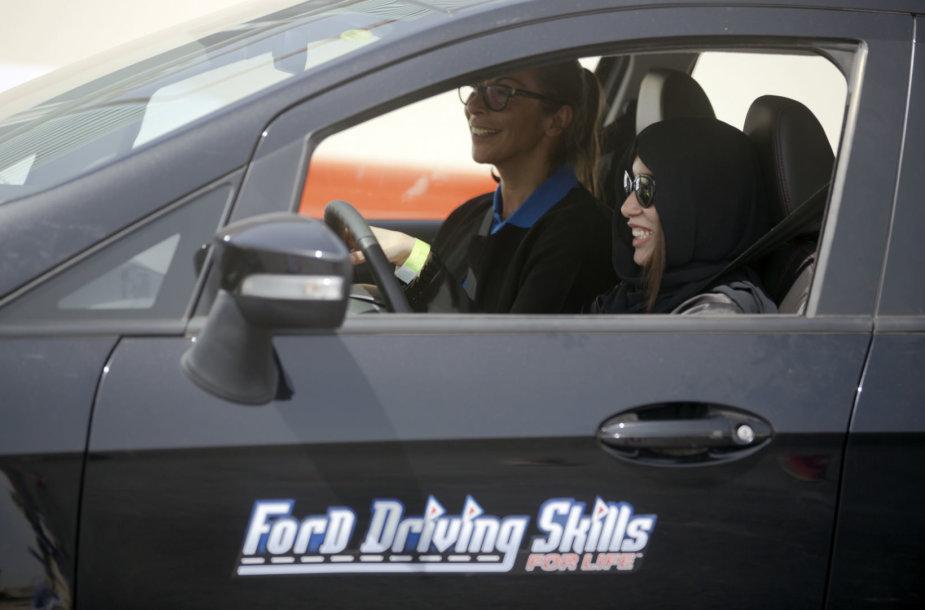 Saudo Arabijos moterys mokosi vairuoti