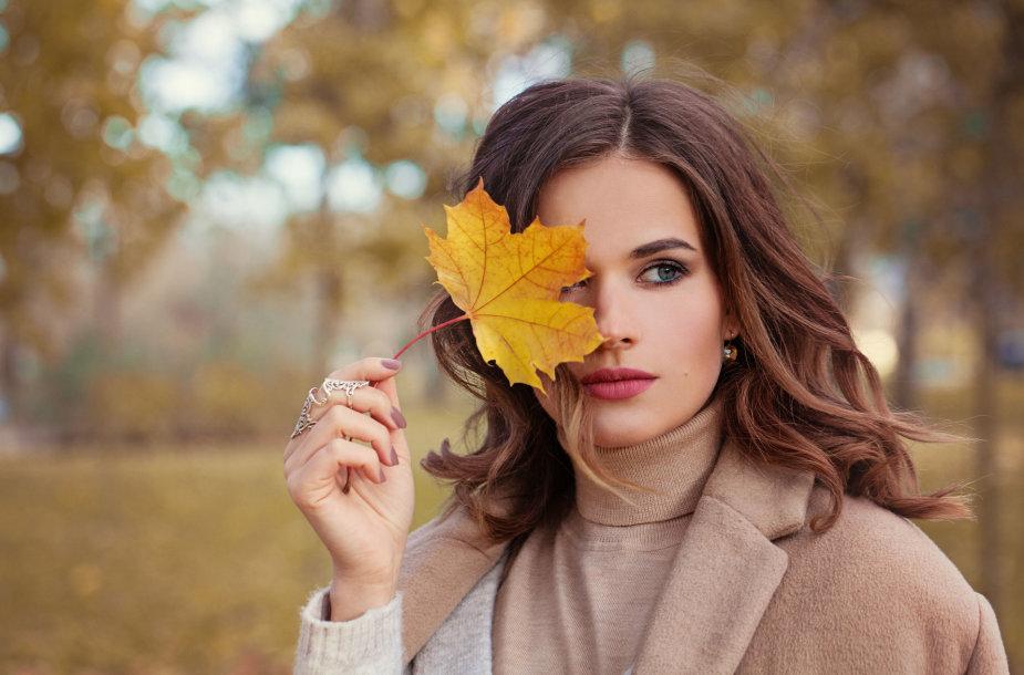 Moteris rudais plaukais