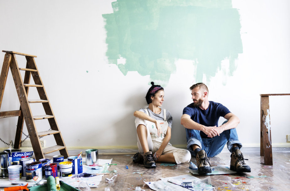 Jauna pora dažo namo sienas