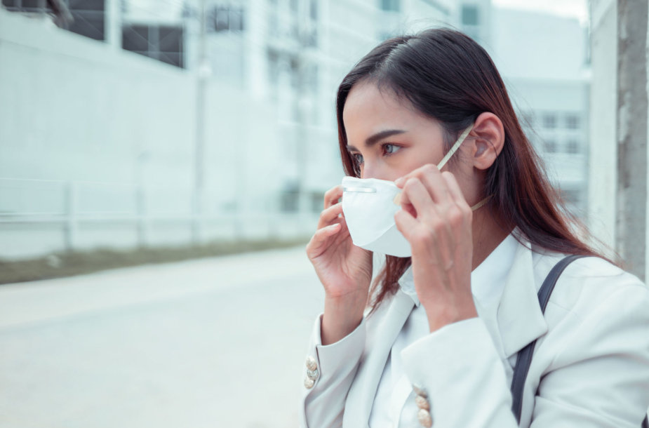 Mergina dėvi respiratorių