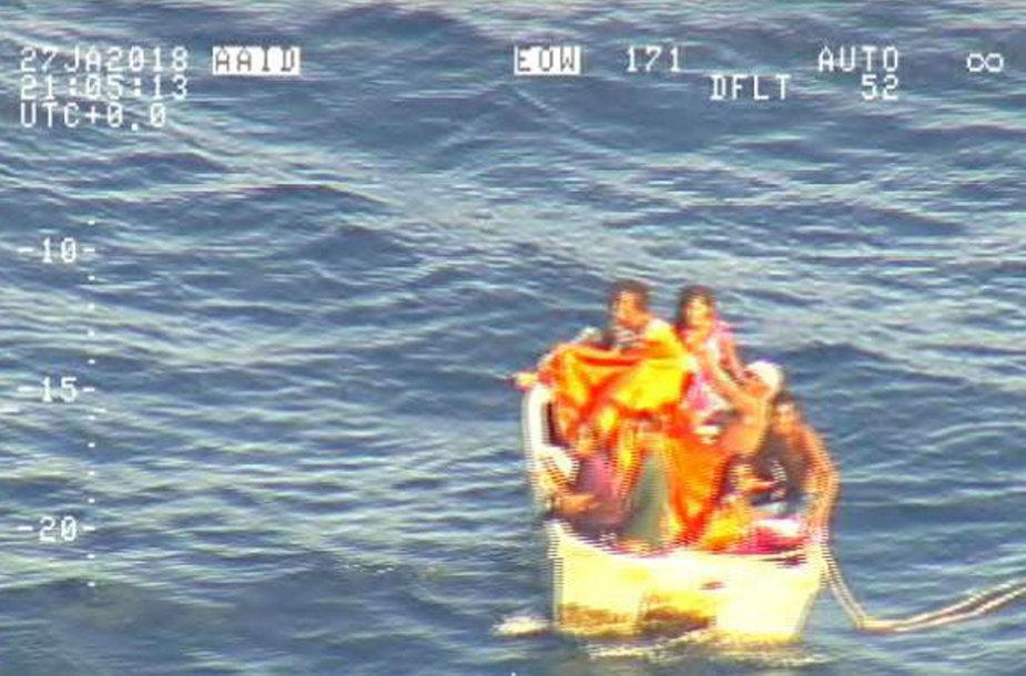 """Iš nuskendusio kelto """"MV Butiraoi"""" išsigelbėję žmonės"""