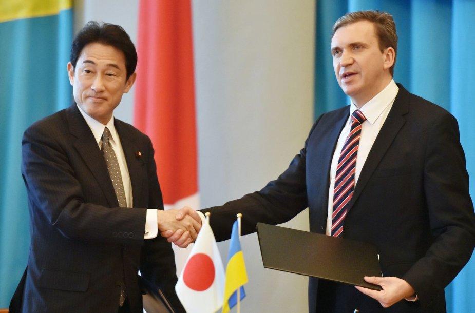 Pavelas Šeremeta kartu su Japonijos užsienio reikalų ministru Fumio Kishida