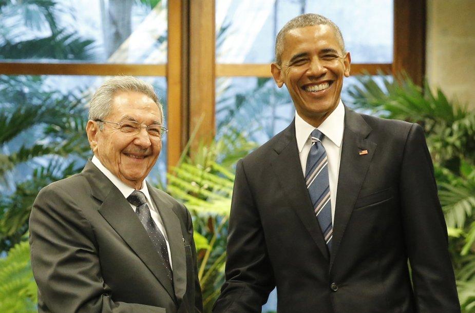 Barackas Obama paspaudė ranką Kubos prezidentui.