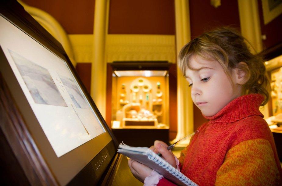 Mergaitė muziejuje