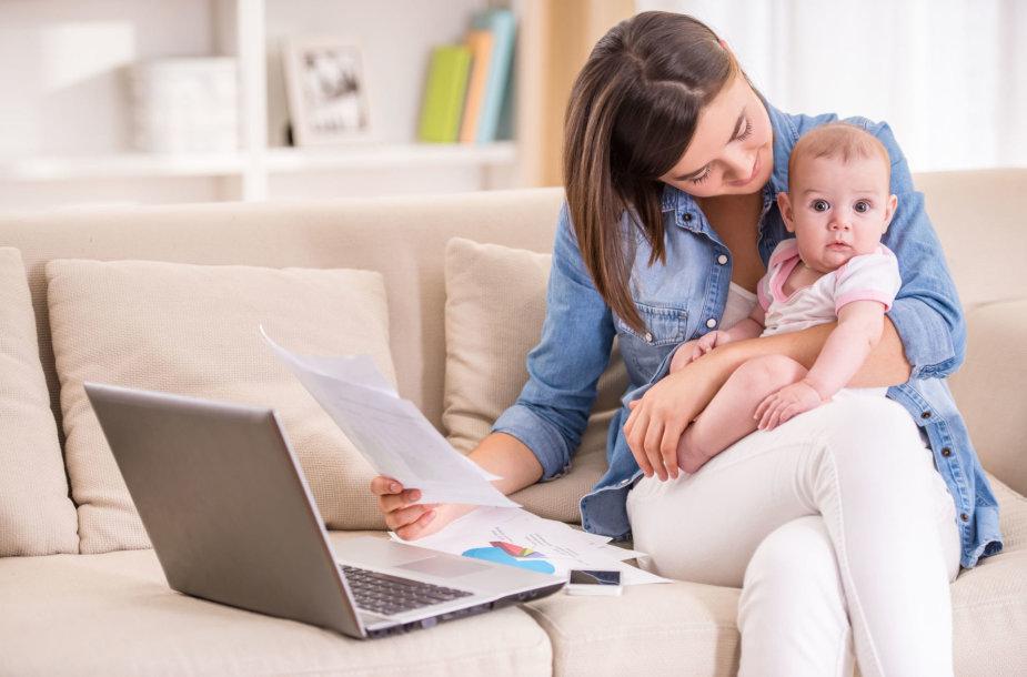Mama su kūdikiu ir kompiuteriu