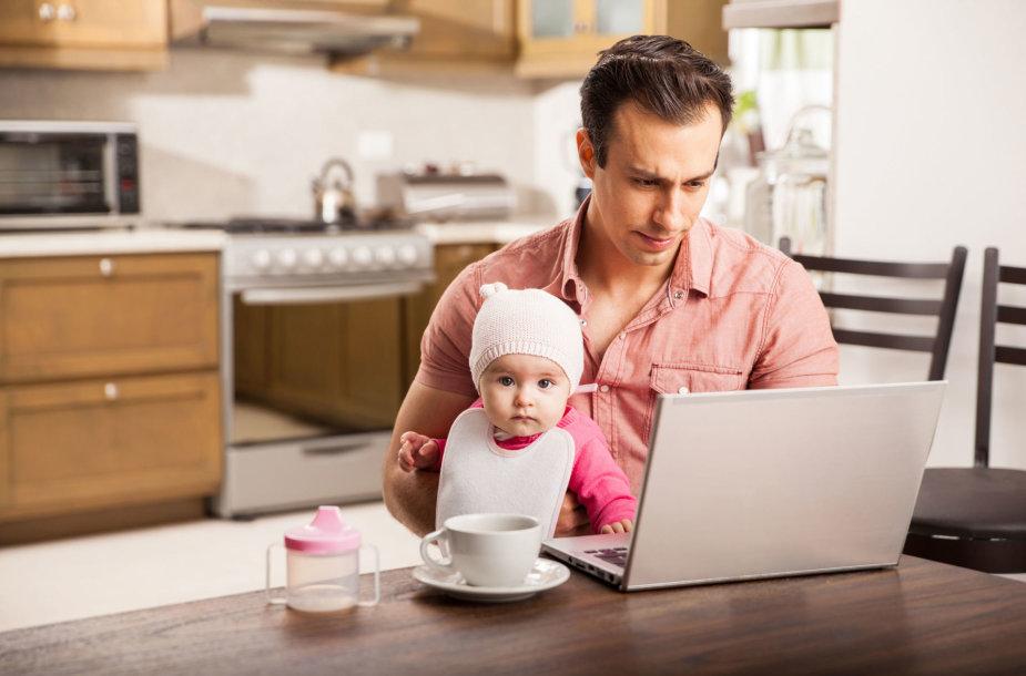 Tėtis su kūdikiu ir kompiuteriu