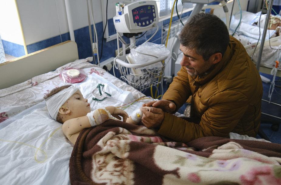 Tėvas kalbasi su karinio konflikto metu sužeistu sūnumi