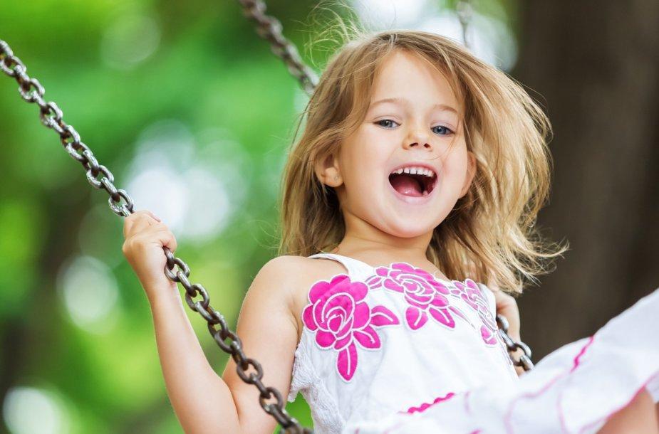 Prie sūpynių žaidžiantis vaikas/ Asociatyvi nuotr.
