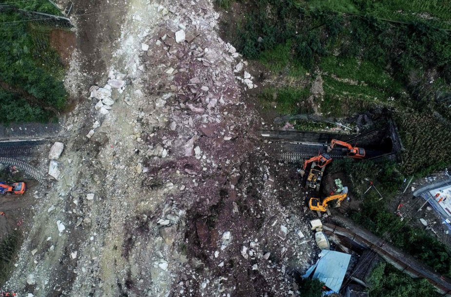 Pietvakarių Kinijoje nuslinkus žemės nuošliaužai ieškoma 17 darbininkų