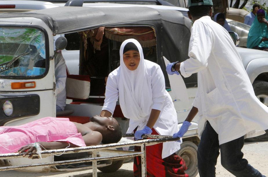 Po sprogimo Mogadiše į ligoninę gabenami sužeistieji.