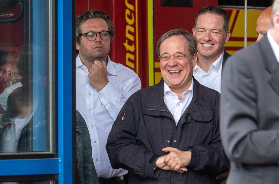 Iš juoko leipstantis Arminas Laschetas (viduryje)