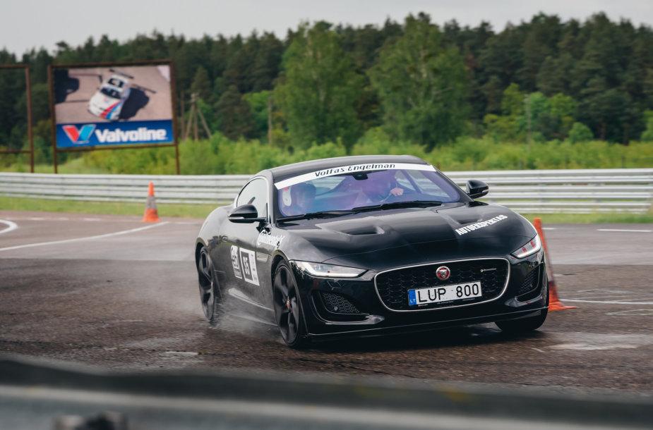 """Karolis Raišys ir Justė Šataitė nugalėjo  Press Rally 5000+ Sport įskaitoje vairuodami """"Jaguar F-Type"""""""