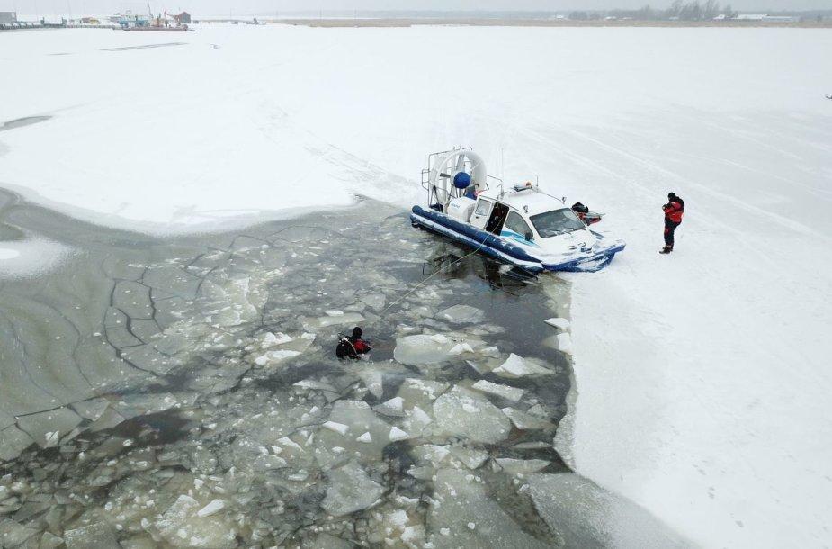 Estijoje nuskendo ant jūros ledo užvažiavęs mikroautobusas