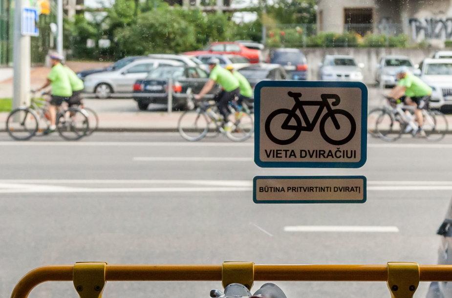 Sostinėje pradeda kursuoti draugiški dviratininkams velobusai