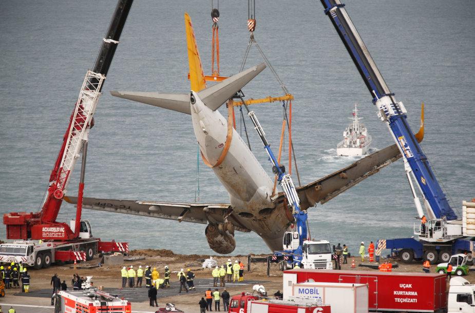 Turkijoje keliamas nuo tūpimo tako nuvažiavęs lėktuvas