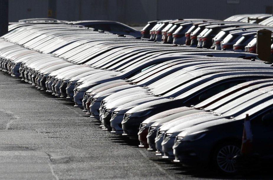 """Išrikiuoti """"Vauxhall"""" automobiliai gamykloje Didžiojoje Britanijoje"""