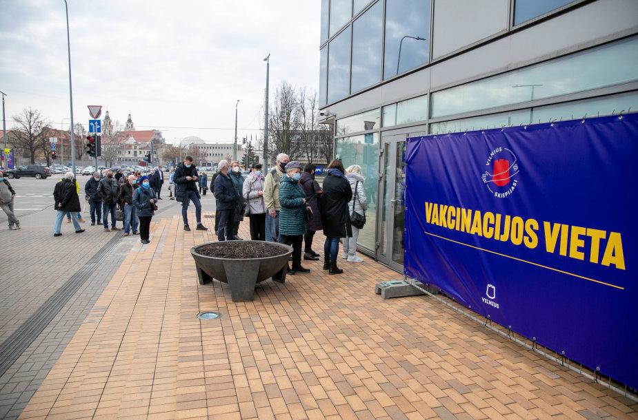Eilė prie vakcinacijos centro Vilniuje miesto savivaldybėje