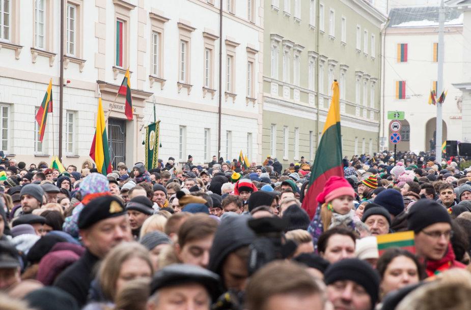 Žmonių minios Vilniaus gatvėse