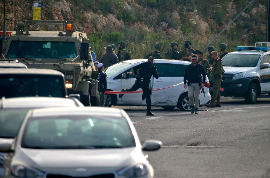Vakarų Krante izraelietis arabas automobiliu įsirėžė į pakelės stotelę ir buvo nušautas