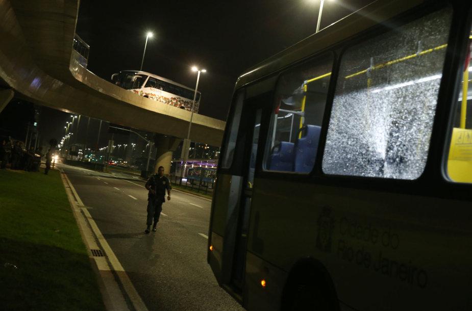 Į žurnalistų autobusą skriejo akmenys