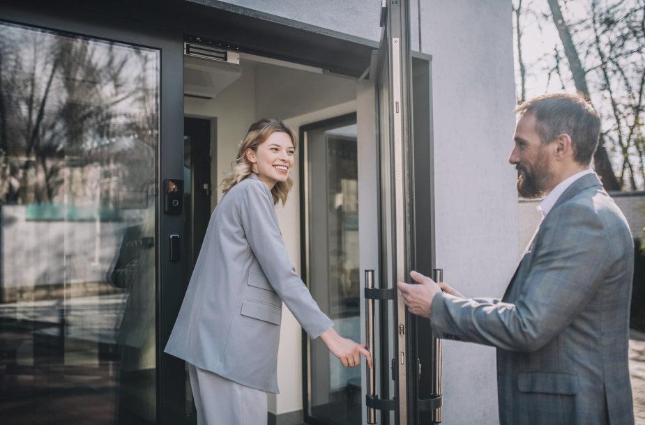 Vyras praleidžia moterį pro duris