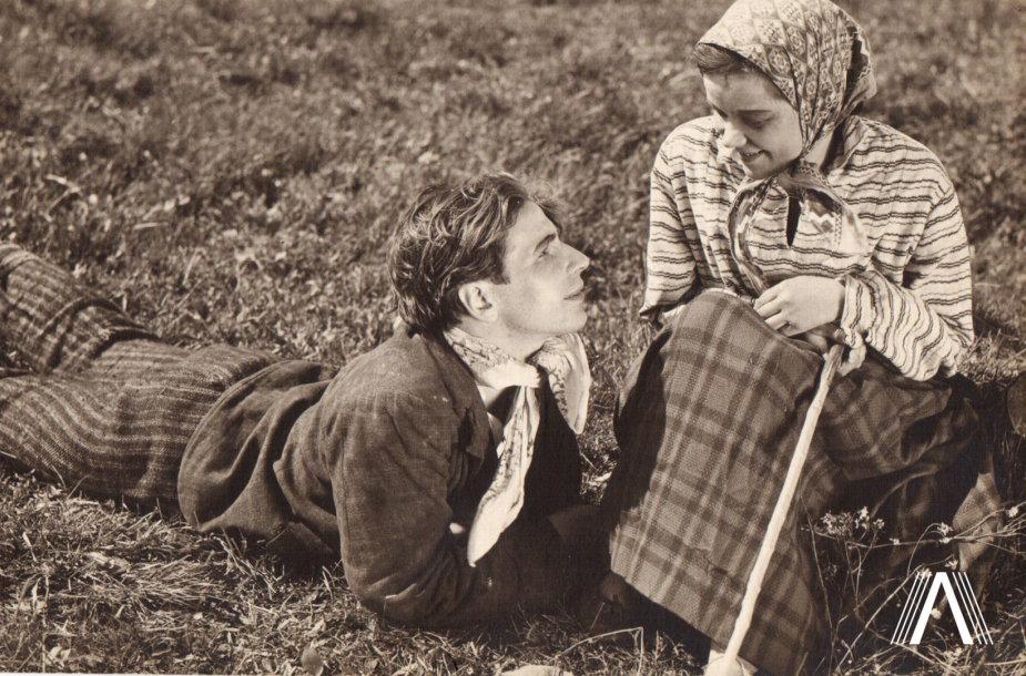 """1931 m. filmo """"Onytė ir Jonelis"""" kadras. Jonelis (Vladas Sipaitis) ir Onytė (Vanda Lietuvaitytė)"""