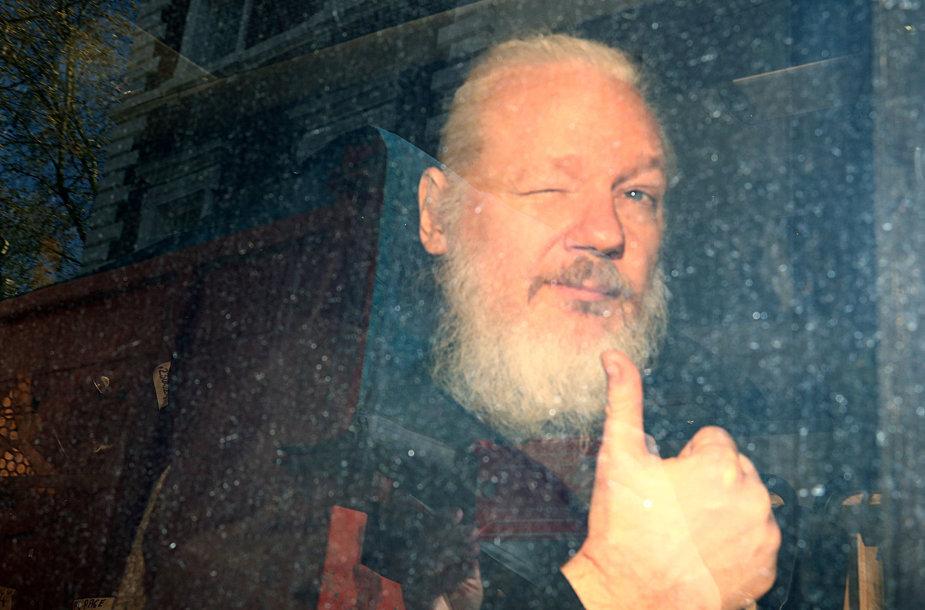 """Balandžio 11 d. """"Wikileaks"""" įkūrėjas Julianas Assange'as atvyksta į teismo rūmus po suėmimo Londone"""
