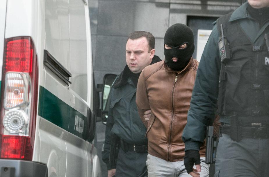 Įtariamasis merginos nužudymu atvestas į teismą