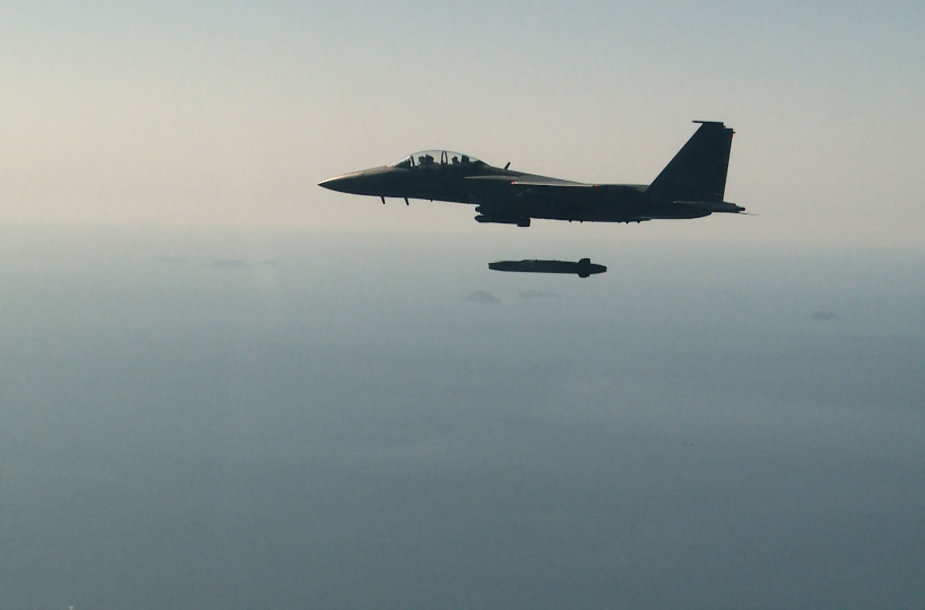 """Naikintuvas F-15 leidžia raketą """"Taurus"""""""