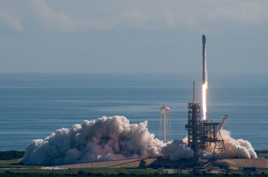 """""""SpaceX"""" sėkmingai iškėlė į orbitą eksperimentinį daugkartinį erdvėlaivį robotą X-37B"""