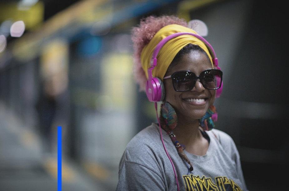 Mergina su ausinėmis