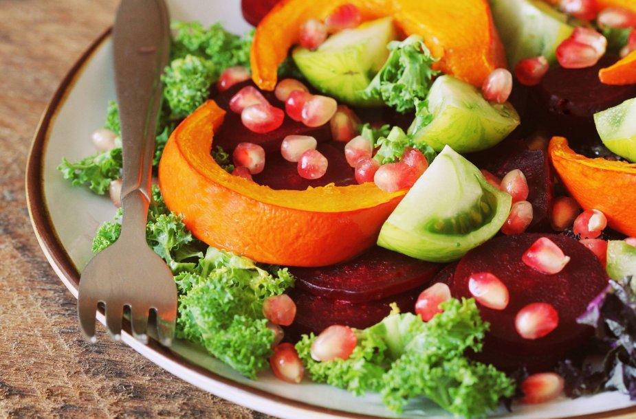 Daržovių salotos su granatais