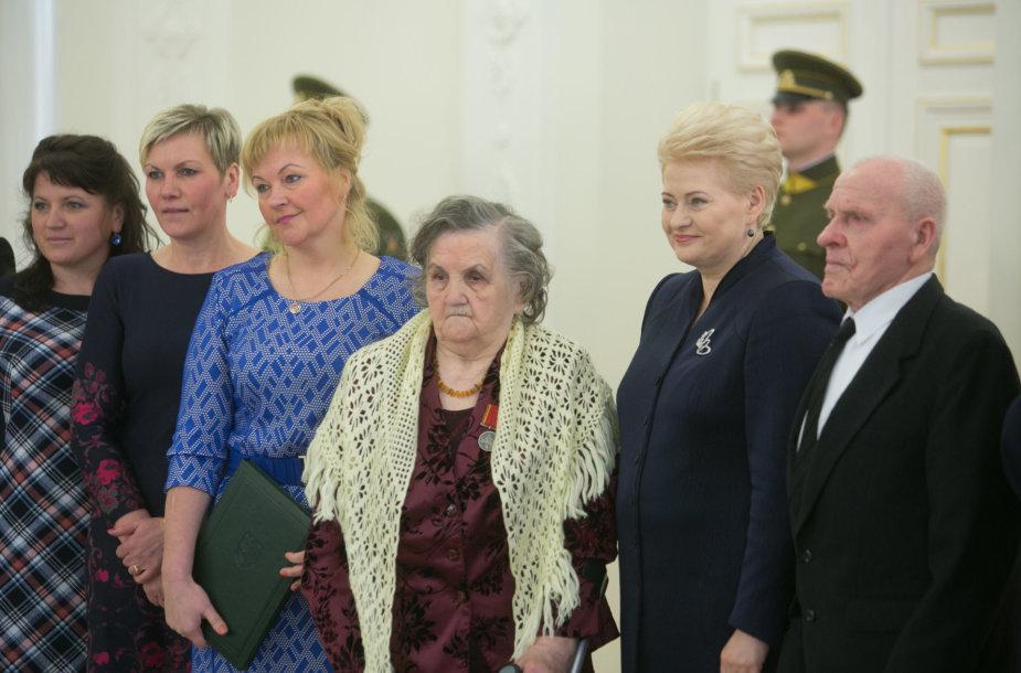 """Prezidentė pasveikino ir ordino """"Už nuopelnus Lietuvai"""" medaliu apdovanojo daugiavaikes motinas"""