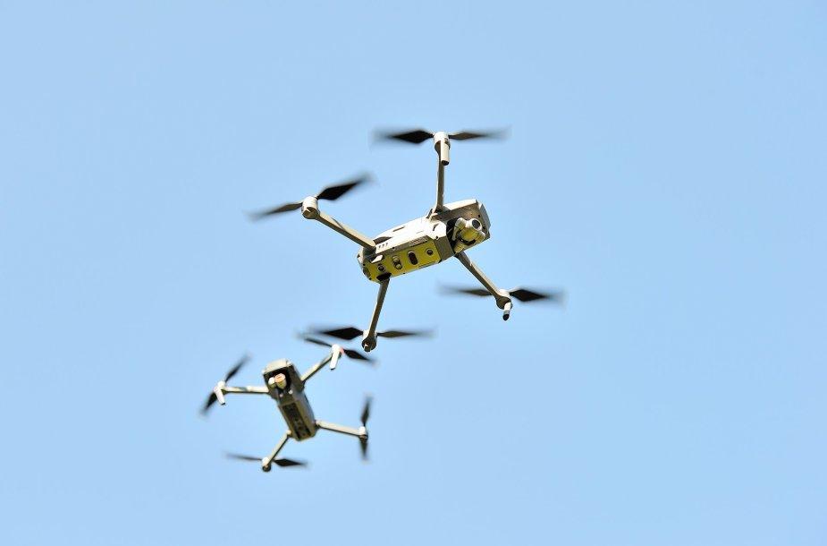 Dronas žmogaus darbą atlieka saugiau, greičiau, o svarbiausia, nebereikia rizikuoti gyvybe