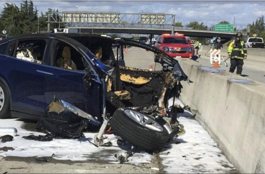 """Tesla Model X"" po avarijos užsidegė"