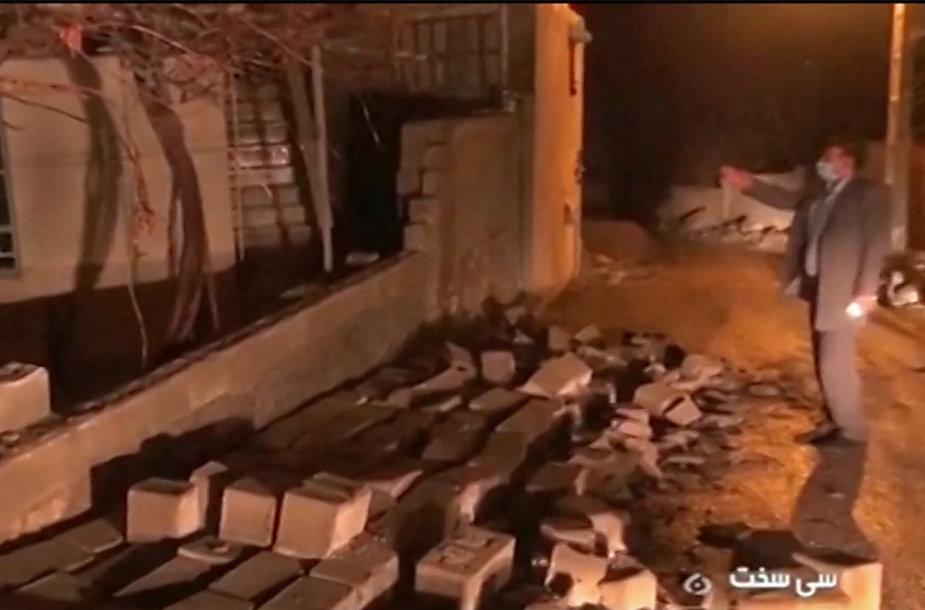Per žemės drebėjimą apgriauti pastatai Irane