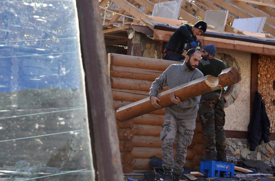 Karabachą paliekantys armėnai griauna savo namus