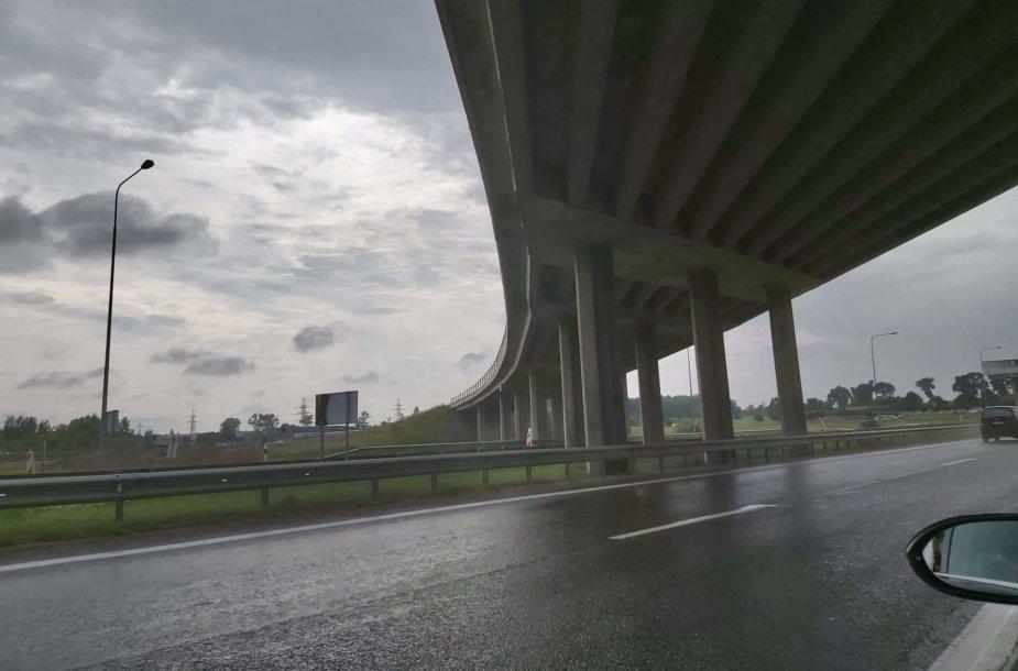 Įtrūkusios atramos šalia A1 kelio, Kaune